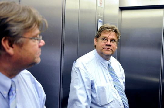 """""""Timo Soini: Taideteos"""" Kuvassa on Timo Soini katsomassa hissin peiliin."""