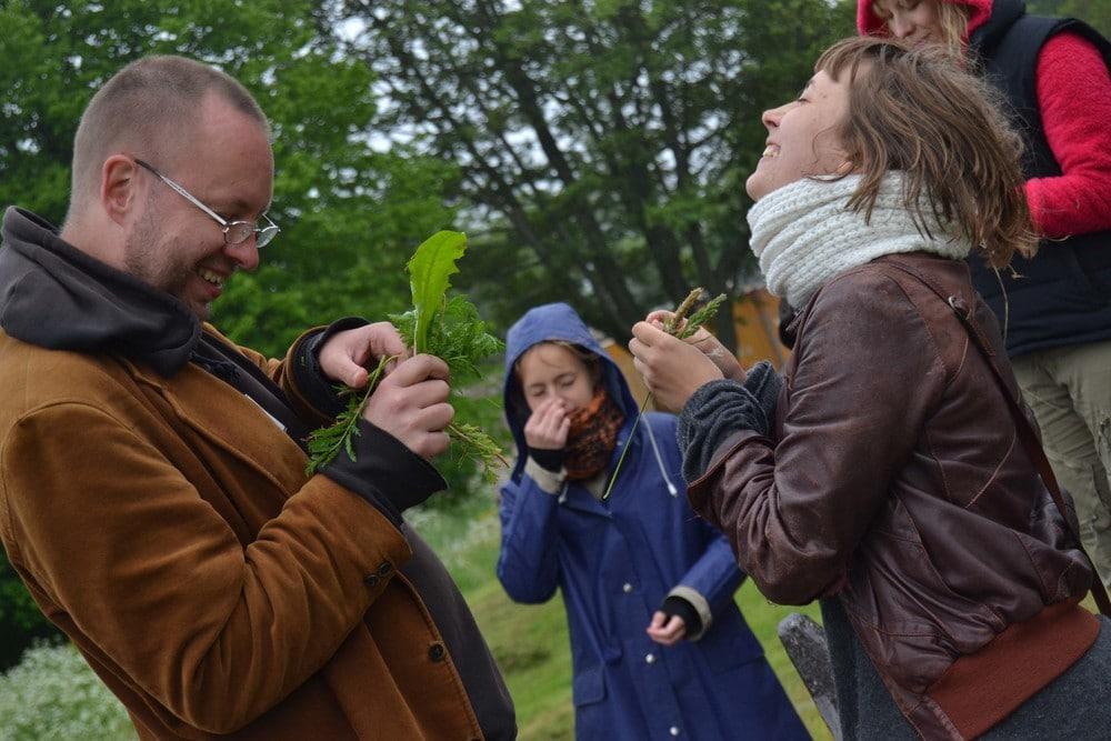 """""""Utopia: Hanko"""". Kuvassa on nauravia ihmisiä puistomaisessa maisemassa."""